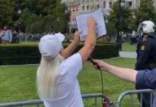 صورة شاهد: نرويجية تبصق وتمزق القرآن الكريم