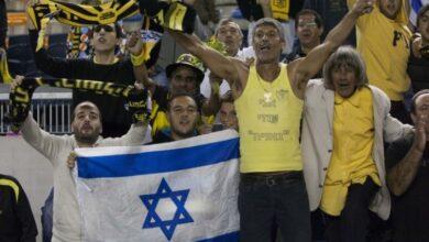 صورة شاهد: مشجعو فريق إسرائيلي يحتجون ضد صفقة بيع نصف أسهم النادي لشيخ إماراتي