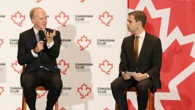 صورة لماذا تلقى رئيس أكبر صندوق للتقاعد في كندا لقاحا ضد كورونا في دولة عربية قبل استقالته؟