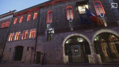 صورة رئيس بلدية مدينة فرنسية ينتمي لليمين المتطرف يعيد فتح المتاحف رغم تدابير الحكومة