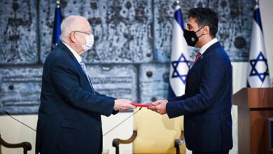 صورة أول سفير إماراتي لدى إسرائيل  يقدم أوراق اعتماده للرئيس رؤوفين ريفلين