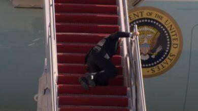 صورة شاهد: تعثر بايدن خلال صعوده إلى الطائرة الرئاسية