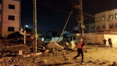 صورة شاهد: انهيار مبنى سكني في غزة في ضربة جوية إسرائيلية