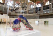 صورة بيع حذاء ميسي في مزاد خيري