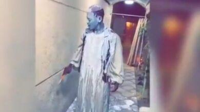 صورة شاهد: غضب في السعودية بسبب إهانة عامل سوداني