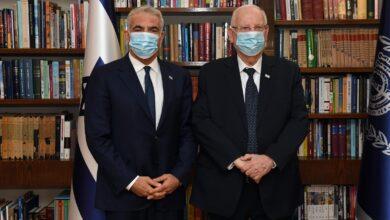 صورة لبيد يطيح بآمال نتنياهو.. وينجح في تشكيل حكومة ائتلافية