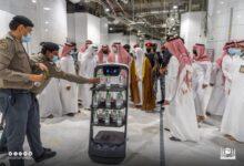 صورة بالصور.. روبوت ذكي لتوزيع مياه زمزم في السعودية