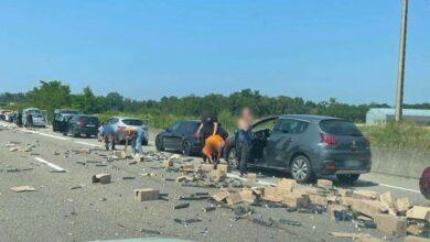 صورة شاهد: سرقة كبسولات قهوة سقطت من شاحنة على الطريق السيار في فرنسا