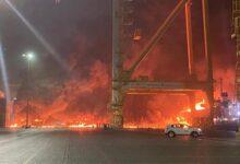 صورة شاهد: حريق على متن سفينة بميناء في دبي