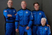صورة شاهد: أغنى رجال العالم جيف بيزوس يعود إلى الأرض عقب نجاح رحلته السياحية إلى الفضاء