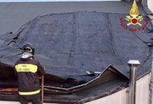 صورة شاهد: سقوط رافعة على مبنى بميلانو الإيطالية