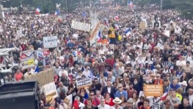 صورة شاهد: مظاهرات في فرنسا احتجاجا على قرارات ماكرون وعلى الشهادة الصحية