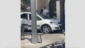 صورة شاهد: سيارة تصدم شرفات حانات في ماربيلا بإسبانيا