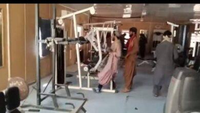 صورة شاهد: طالبان يمارسون الرياضة في قاعات القصر الرئاسي بكابول
