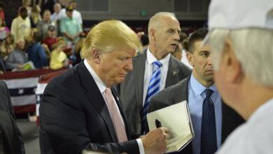 صورة ترامب يدعو بايدن للاستقالة.. فما السبب؟