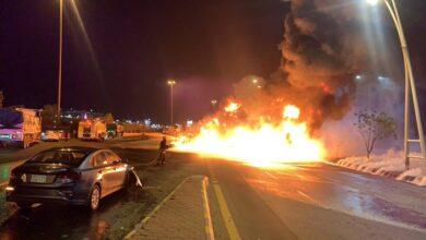 صورة شاهد: احتراق ناقلة نفط وسيارات على طريق مكة جدة السريع