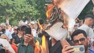 صورة بالصور.. مواطنون يحرقون الدستور التونسي