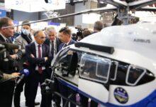صورة شاهد: مرشح للانتخابات الرئاسية الفرنسية  يصوب سلاحا في وجه الصحفيين